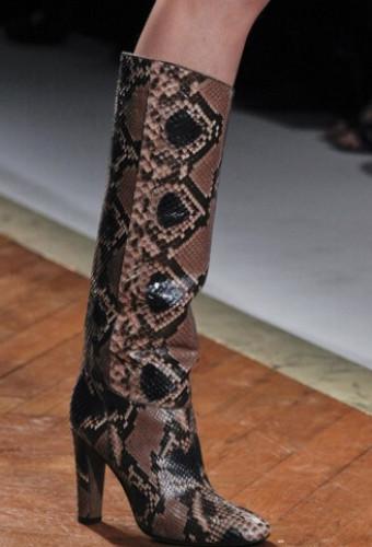 Модные сапоги из змеиной кожи осень-зима 2016-2017