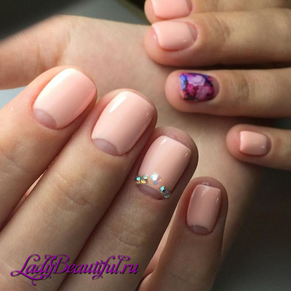 Модный маникюр шеллаком на короткие ногти