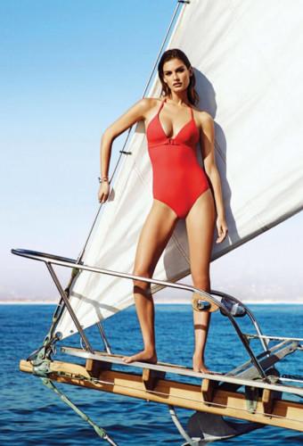 На фоне моря — Офелия в красном цельном купальнике от Etam.Ophelie Guillermand позирует в лодке в бикини с этническими принтами. Цельный купальник от Etam.
