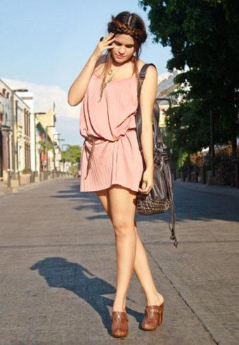 Сабо прекрасно смотрится с легкими летними платьицами с короткими воздушными юбками