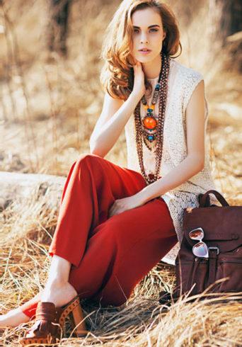 Сабо и широкие свободные брюки-трубы яркого цвета