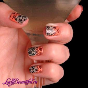 С помощью стемпинга можно создавать сложные и очень точные орнаменты на ногтях
