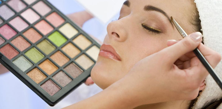 Чего НЕ следует делать при нанесении макияжа?